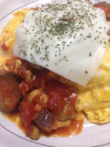 ふわとろ卵とトマトソース,ガーリックライスの相性がばつぐん!