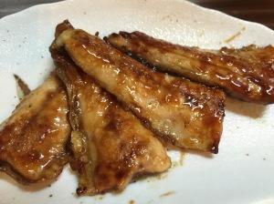 秋刀魚の蒲焼。片栗粉をつけて焼き色がちゃんとつくまで焼いてから,砂糖・みりん・醤油を合わせたタレをからめて焼き付けて完成。