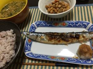 秋刀魚の塩焼き。ちなみに煮豆は買ったやつです。
