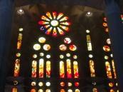 サグラダ・ファミリアの内部のステンドグラス。一方は赤系の色