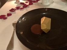 チョコレートのデザート。金の宝石のような硬いチョコの中にバニラアイスが入ってる。